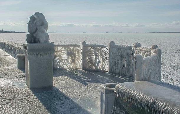 Фотохудожница показала завораживающие снимки обледеневшей набережной Бердянска