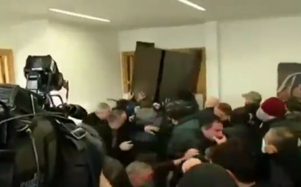 В Грузии силовики штурмовали офис партии Саакашвили