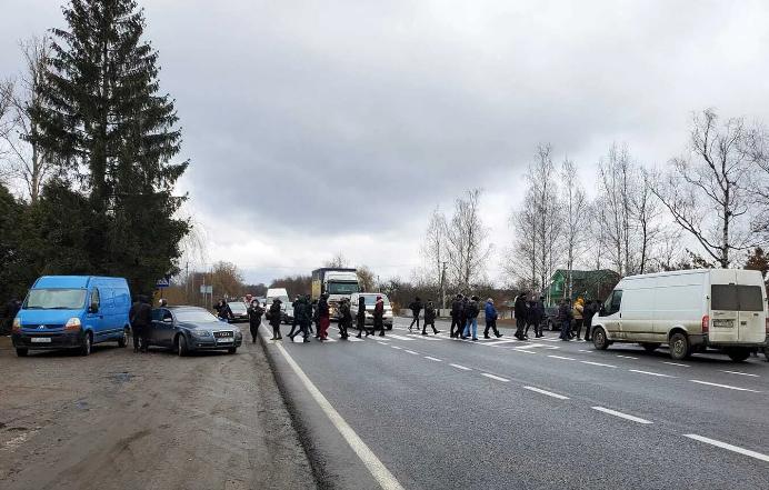На Прикарпатье люди перекрыли дорогу, требуя отменить карантин