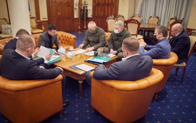 Зеленский после визита в ОАЭ провел ночное совещание по ситуации на Донбассе