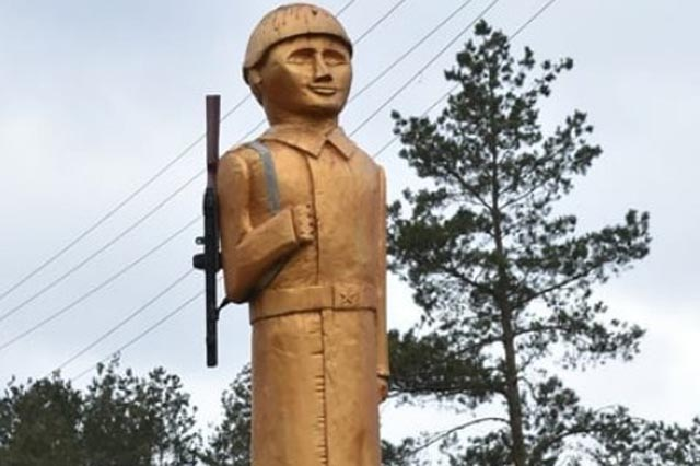 В Украине установили памятник погибшему солдату с лицом Путина