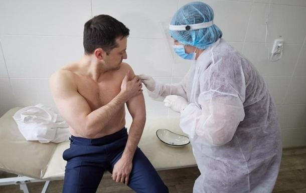 Зеленский с оголенным торсом сделал вакцину от коронавируса