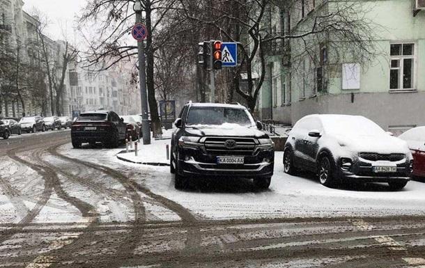 Арахамия припарковался возле Офиса президента на пешеходном переходе, фото