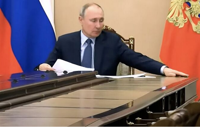 Появилось видео, как Путин на совещании поймал карандаш