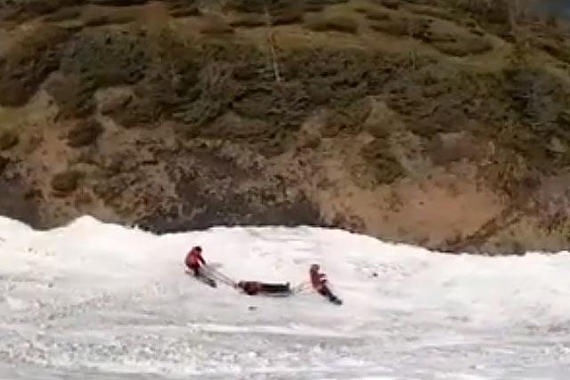 В Закарпатье спасатели спустили с горы травмированного винничанина, видео