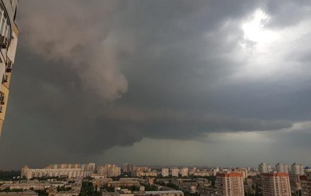 В Киеве объявлен I уровень опасности из-за сильной грозы