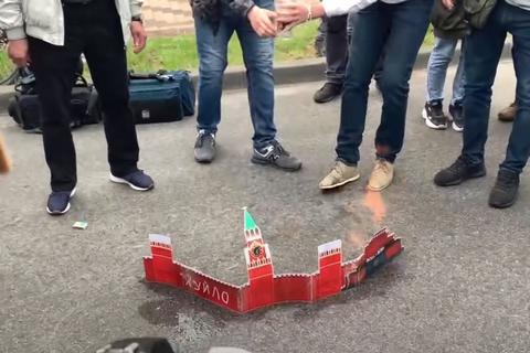 У Лаврова отреагировали на сожжение в Киеве макета Кремля
