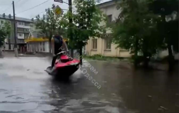 В Житомире ливень затопил улицы: молодежь каталась на водных скутерах