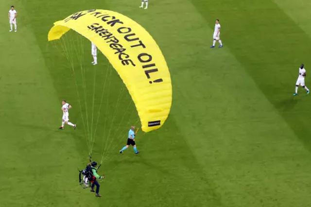 Снайперы могли выстрелить в парашютиста перед матчем сборных Франции и Германии