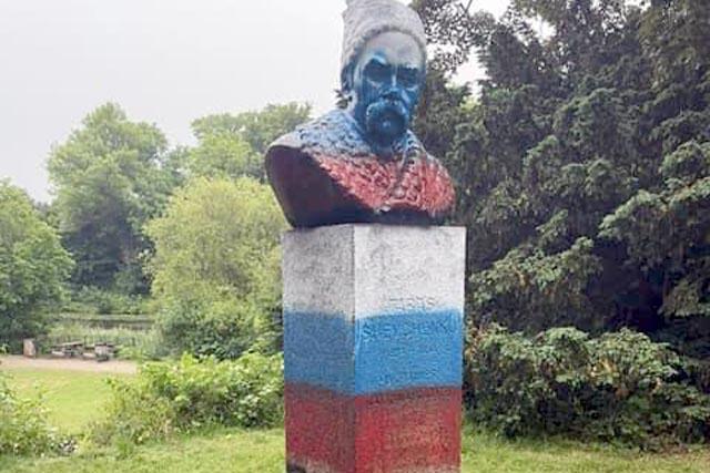 В Дании памятник Шевченко разрисовали в цвета российского флага
