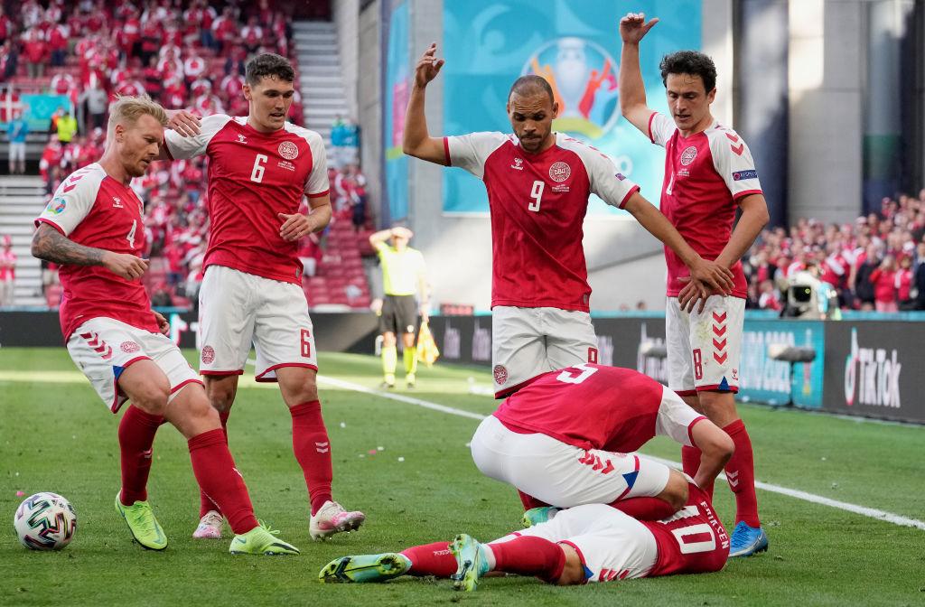 Массаж сердца на футбольном поле: матч сборных Дании и Финляндии остановлен
