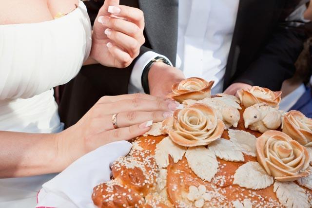 Свадебные приметы: платье надеваем через голову, бьем посуду, а с роз срезаем шипы