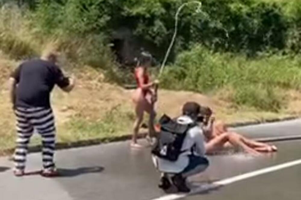 В Черногории трех украинок оштрафовали за «голую» фотосессию на трассе