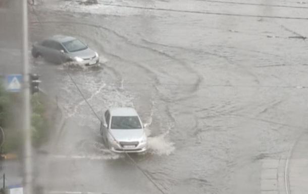 Киев накрыла буря с ливнем, видео