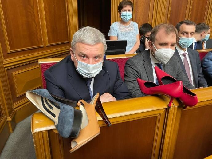 В Раде министру Тарану вручили красные туфли на каблуках